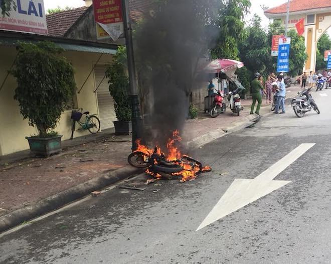 Chạy xe lạng lách, nam thanh niên bị 2 người đuổi đánh, đốt luôn xe máy - Ảnh 1.