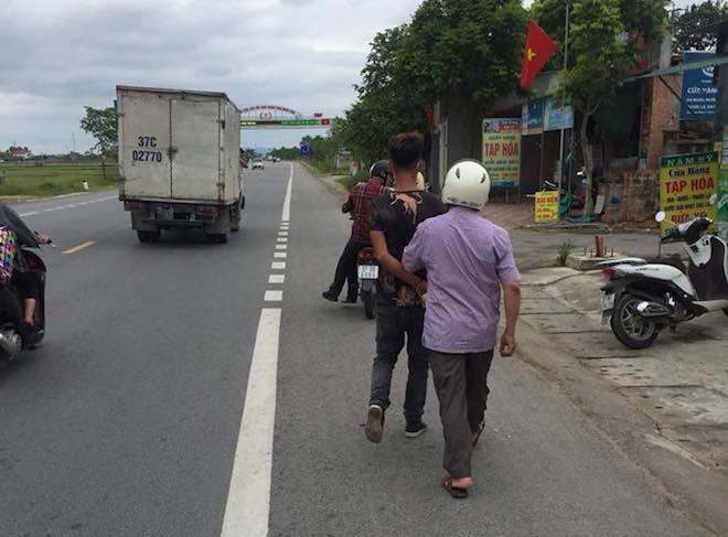 Chạy xe lạng lách, nam thanh niên bị 2 người đuổi đánh, đốt luôn xe máy - Ảnh 2.
