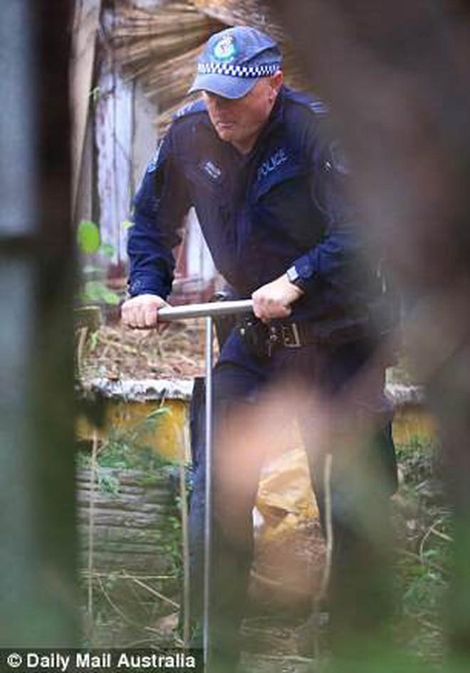 Úc: Dọn dẹp căn nhà bỏ hoang 10 năm, nhân viên vệ sinh phát hiện bí mật kinh hoàng trong tấm thảm - Ảnh 1.