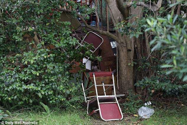 Úc: Dọn dẹp căn nhà bỏ hoang 10 năm, nhân viên vệ sinh phát hiện bí mật kinh hoàng trong tấm thảm - Ảnh 6.