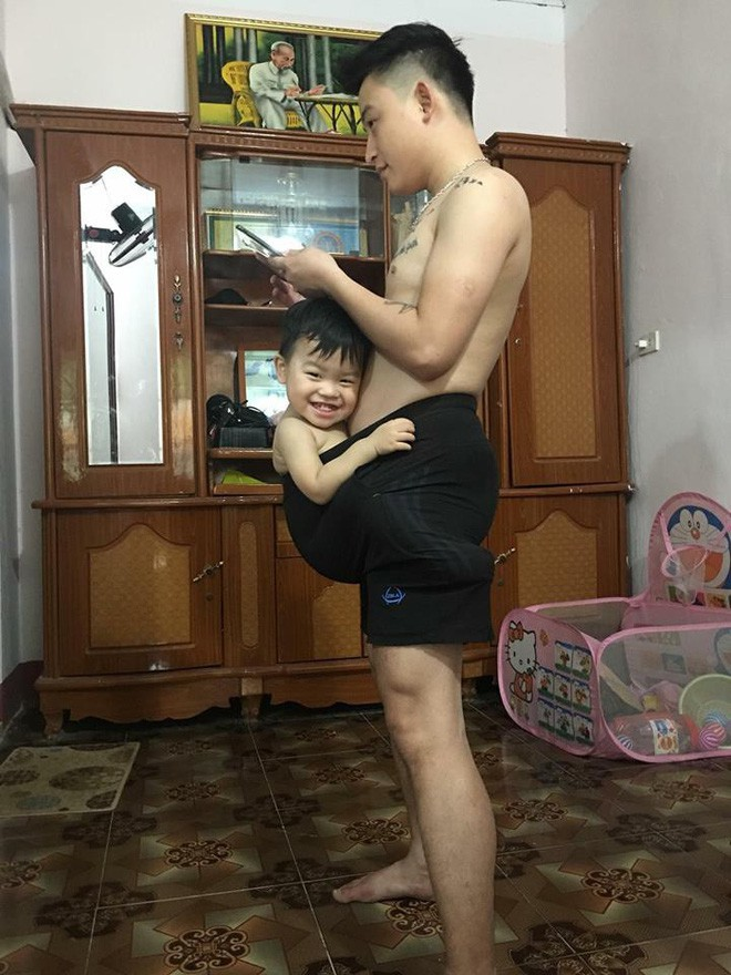Chăm con quá xuất sắc, những ông bố bỉm sữa này đã lật đổ định kiến con nhỏ chỉ bám mẹ  - Ảnh 1.