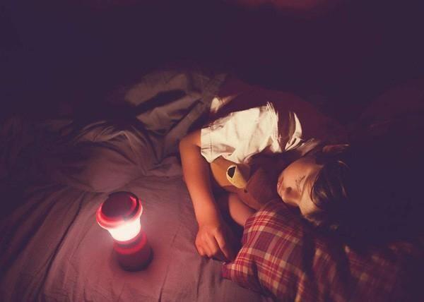 3 đồ vật tưởng vô hại nhưng bố mẹ thông thái tuyệt đối sẽ không cho con dùng khi đi ngủ - Ảnh 1.