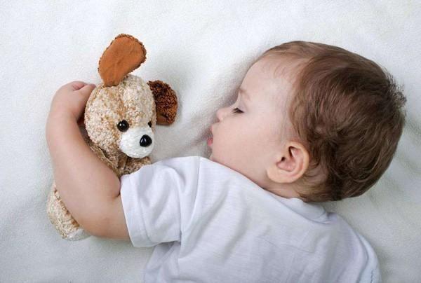 3 đồ vật tưởng vô hại nhưng bố mẹ thông thái tuyệt đối sẽ không cho con dùng khi đi ngủ - Ảnh 2.