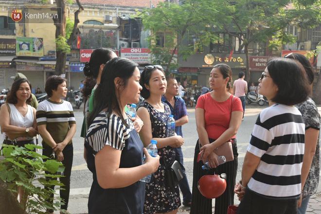 Ngày đầu tiên tuyển sinh lớp 10 tại Hà Nội: Học sinh và phụ huynh căng thẳng vì kỳ thi được đánh giá khó hơn cả thi đại học - Ảnh 16.