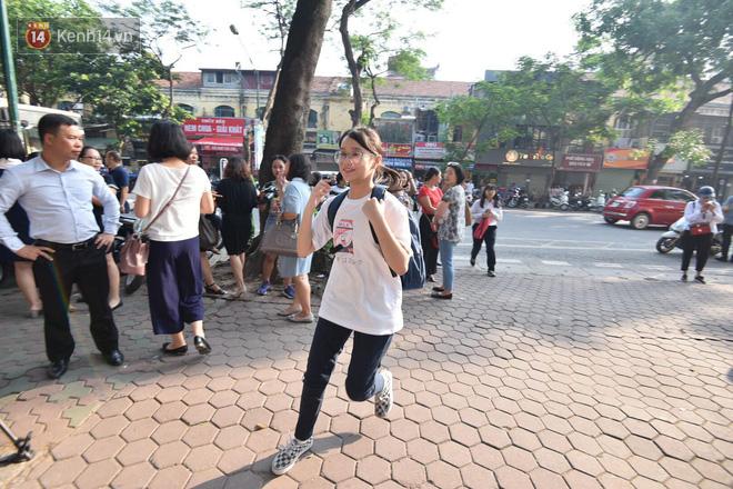 Ngày đầu tiên tuyển sinh lớp 10 tại Hà Nội: Học sinh và phụ huynh căng thẳng vì kỳ thi được đánh giá khó hơn cả thi đại học - Ảnh 18.