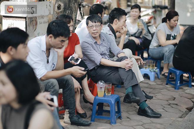 Ngày đầu tiên tuyển sinh lớp 10 tại Hà Nội: Học sinh và phụ huynh căng thẳng vì kỳ thi được đánh giá khó hơn cả thi đại học - Ảnh 26.