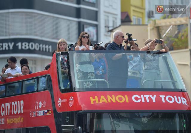 Sau 1 tuần lăn phân phốih, xe buýt mui trần giá vé 300 nghìn đồng/4 tiếng đìu hiu khách ở Hà Nội - Ảnh 1.