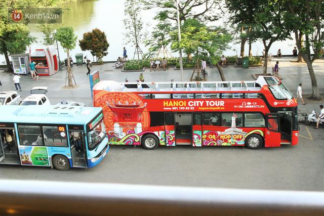 Sau 1 tuần lăn phân phốih, xe buýt mui trần giá vé 300 nghìn đồng/4 tiếng đìu hiu khách ở Hà Nội - Ảnh 2.