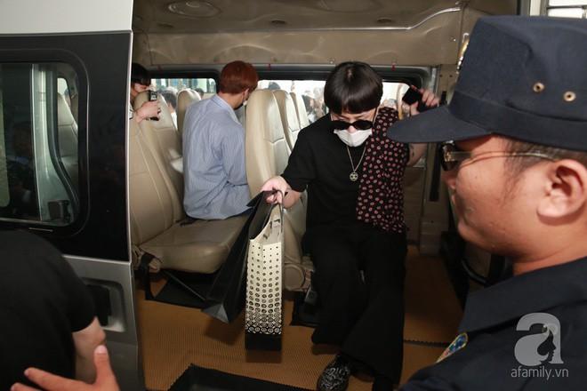Quả bom sex Hyuna cùng dàn mỹ nam của Highlight chật vật di chuyển giữa biển fan Việt Nam - Ảnh 13.