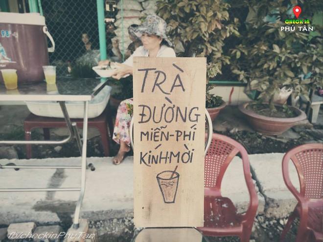 Ngày đại lễ 18/5 thú vị, dư dả tình người ở An Giang: Người lạ đi ngang được cả làng mời ăn nghỉ miễn phí  - Ảnh 1.