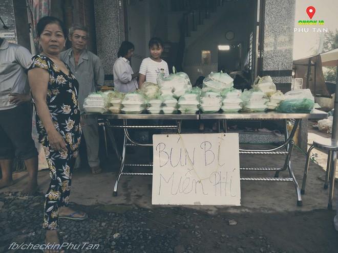 Ngày đại lễ 18/5 thú vị, dư dả tình người ở An Giang: Người lạ đi ngang được cả làng mời ăn nghỉ miễn phí  - Ảnh 2.