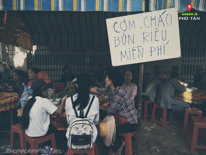 Ngày đại lễ 18/5 thú vị, dư dả tình người ở An Giang: Người lạ đi ngang được cả làng mời ăn nghỉ miễn phí  - Ảnh 12.