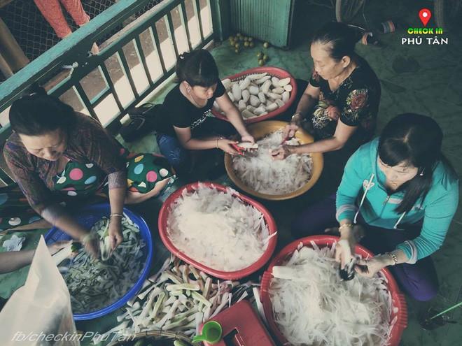 Ngày đại lễ 18/5 thú vị, dư dả tình người ở An Giang: Người lạ đi ngang được cả làng mời ăn nghỉ miễn phí  - Ảnh 13.