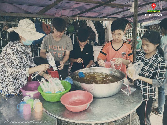 Ngày đại lễ 18/5 thú vị, dư dả tình người ở An Giang: Người lạ đi ngang được cả làng mời ăn nghỉ miễn phí  - Ảnh 18.