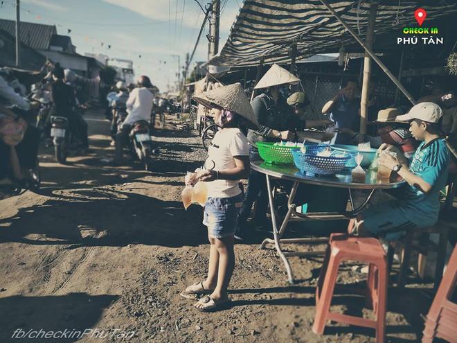 Ngày đại lễ 18/5 thú vị, dư dả tình người ở An Giang: Người lạ đi ngang được cả làng mời ăn nghỉ miễn phí  - Ảnh 4.
