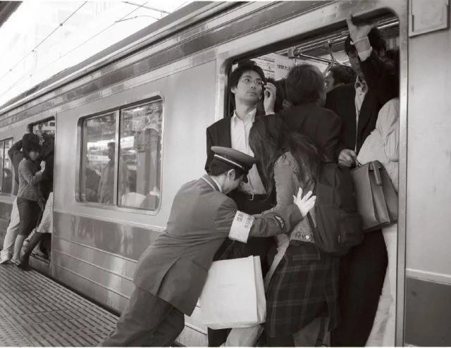 Nghề nhồi người lên tàu điện ngầm - công việc mang đậm nét văn hóa Nhật và cũng chỉ có ở Nhật - Ảnh 7.