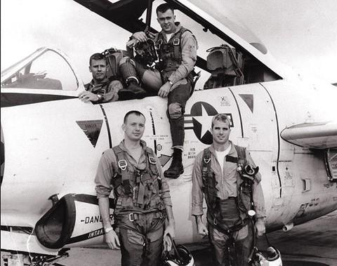 Phát bắn thần kỳ của tên lửa VN: Con Đô đốc Mỹ bị bắt sống, cường kích A-4 hít xỉ than - Ảnh 3.