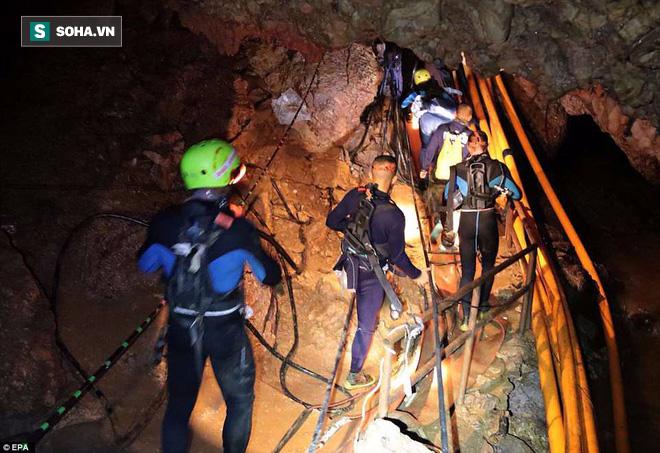 Để thoát khỏi hang Tham Luang, đội bóng thiếu niên phải vượt qua nút thắt 38cm - Ảnh 2.