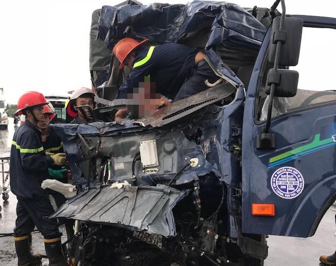 Tai nạn thảm khốc ở Nghệ An, nhiều người mắc kẹt bên trong - Ảnh 5.