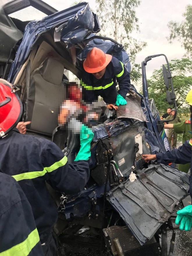 Tai nạn thảm khốc ở Nghệ An, nhiều người mắc kẹt bên trong - Ảnh 4.
