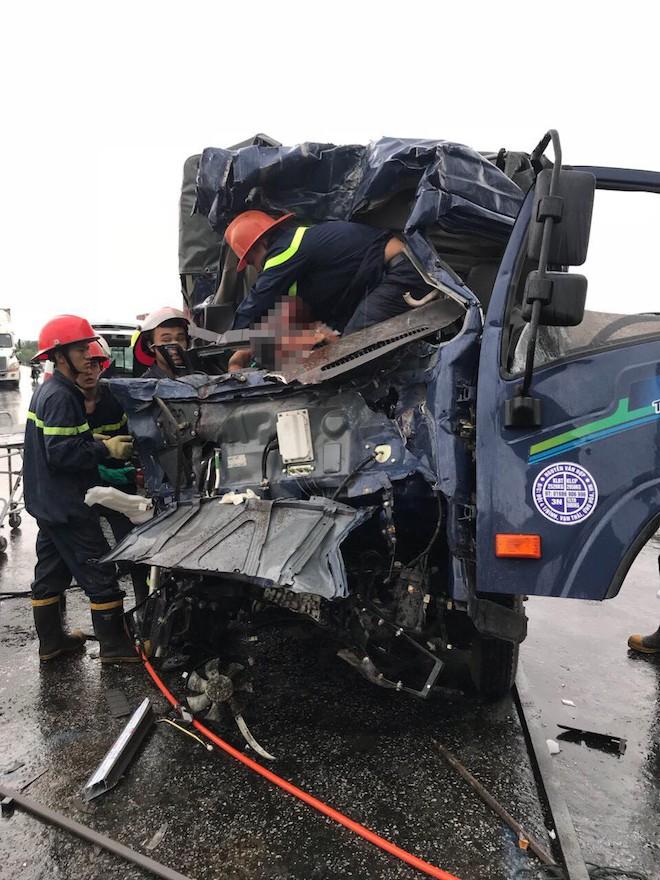 Tai nạn thảm khốc ở Nghệ An, nhiều người mắc kẹt bên trong - Ảnh 2.