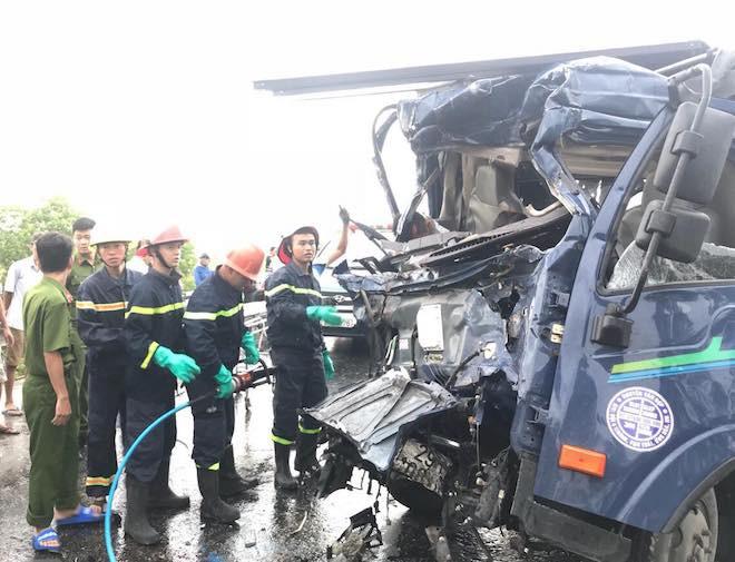 Tai nạn thảm khốc ở Nghệ An, nhiều người mắc kẹt bên trong - Ảnh 3.