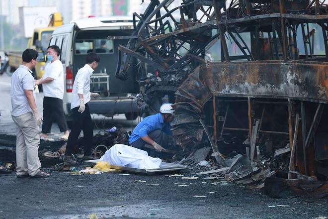 Hà Nội: Người nhà bàng hoàng, khóc nghẹn tại hiện trường vụ cháy xe khách khiến thai phụ 6 tháng tử vong - Ảnh 1.