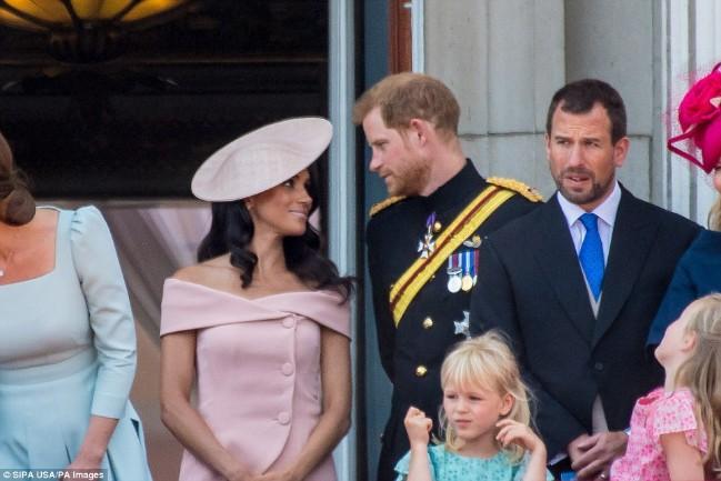 Mặc váy hở ngực và cánh tay, Meghan Markle lại phá vỡ nguyên tắc hoàng gia - Ảnh 3.