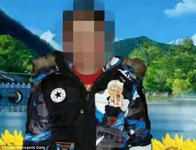 Tìm đồ chơi trong bãi rác, 2 đứa trẻ bị chôn sống - Ảnh 1.
