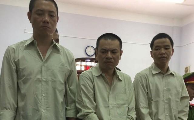 Người thân quỳ lạy khi tòa tuyên y án tử hình Đặng Văn Hiến vì nổ súng làm chết 3 người - Ảnh 1.