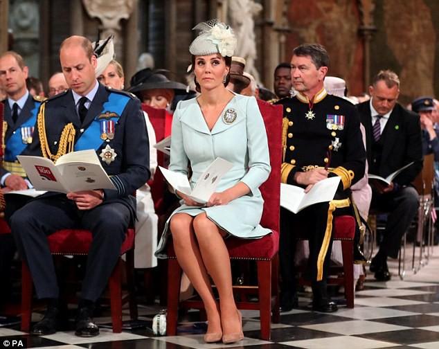 Mặt luôn tỏ vẻ nghiêm túc trước đám đông, không ngờ ông bố 3 con William cũng có lúc cố nhịn cười dễ thương thế này - Ảnh 3.