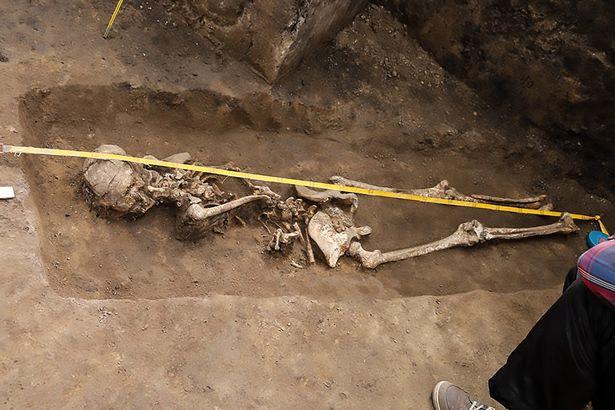 Phát hiện bộ xương phù thủy bị chôn vùi từ 1.600 năm trước - Ảnh 1.