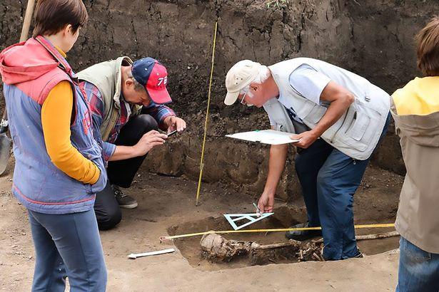 Phát hiện bộ xương phù thủy bị chôn vùi từ 1.600 năm trước - Ảnh 2.