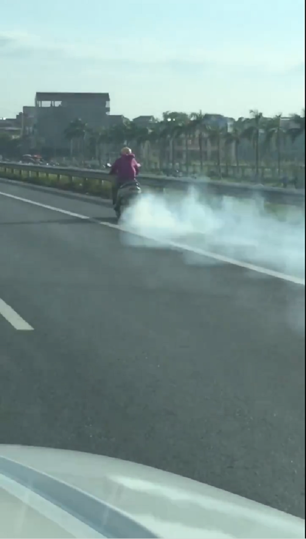 Clip: Ninja Lead hiên ngang phi như bay trên cao tốc với ống pô xả khói mù mịt - Ảnh 2.