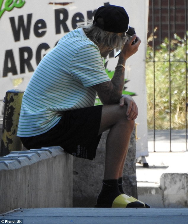 Justin Bieber bỗng ôm mặt căng thẳng trên phố và xóa clip về vợ sắp cưới trên mạng - Ảnh 2.