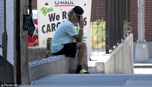 Justin Bieber bỗng ôm mặt căng thẳng trên phố và xóa clip về vợ sắp cưới trên mạng - Ảnh 6.
