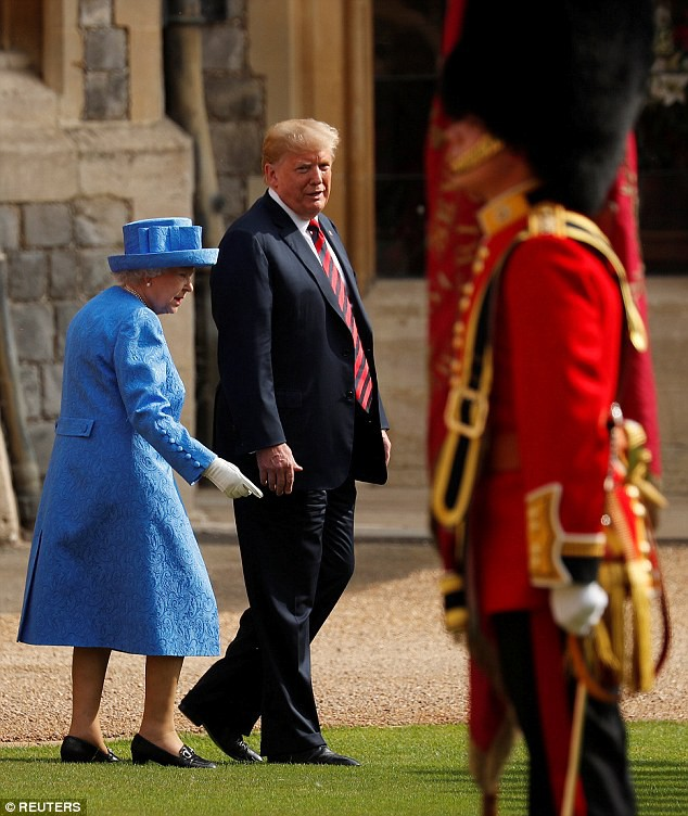 Tổng thống Trump mắc lỗi khiến Nữ hoàng Anh bối rối trong lễ duyệt binh - Ảnh 2.