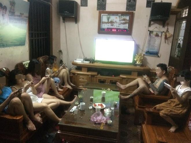 Bị vợ đuổi khỏi nhà vì gọi hàng xóm đến xem World Cup, ông bố vác tivi ra sân tiếp tục cuộc vui - Ảnh 3.