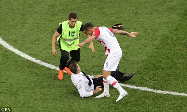 World Cup 2018: Đột nhập vào sân bóng, fan cuồng suýt ăn đòn của cầu thủ Croatia - Ảnh 2.
