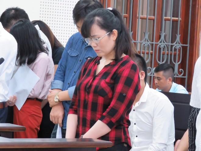 Hot girl ngân hàng ngã quỵ ngoài phòng xử khi gặp mẹ, cảnh sát phải dìu lên xe về trại giam - Ảnh 3.