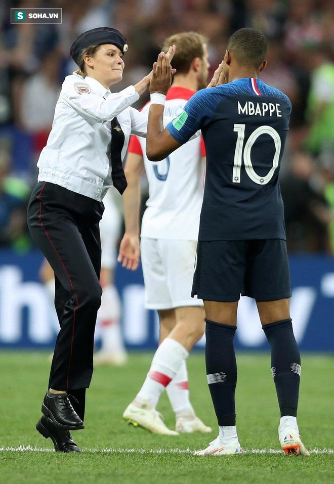 World Cup 2018: Đột nhập vào sân bóng, fan cuồng suýt ăn đòn của cầu thủ Croatia - Ảnh 1.