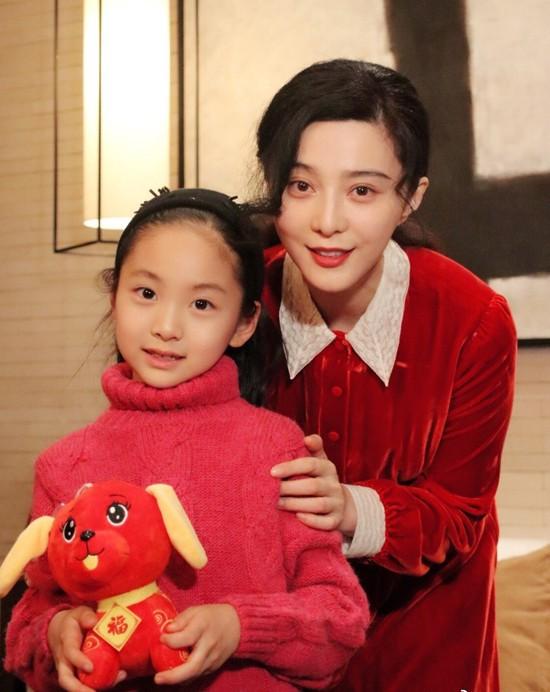 Em họ 7 tuổi xinh đẹp của Phạm Băng Băng chính thức nối gót chị, dấn thân vào showbiz - Ảnh 1.