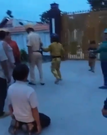 Chủ tịch huyện ở Tây Ninh bác tin người dân quỳ lạy trước nhà mình - Ảnh 1.