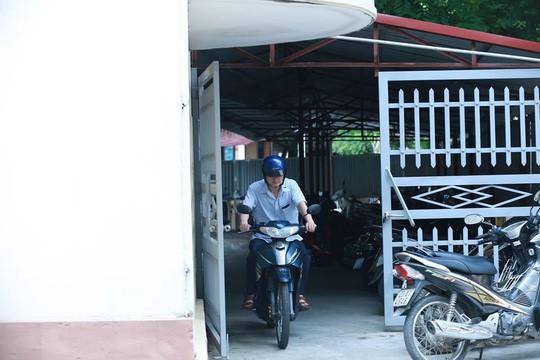 Hình ảnh ông Vũ Trọng Lương từ Sở GD-ĐT Hà Giang ra về - Ảnh 3.