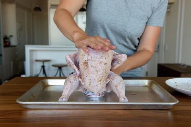 """Muốn lớp da giòn rụm cứ cho gà """"ngồi"""" lên lon bia rồi đưa vào lò nướng, 1 tiếng sau kết quả chỉ có gọi là ngon ngất ngây - Ảnh 5."""