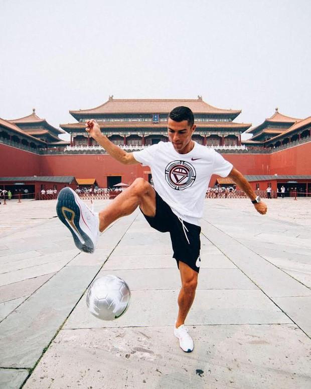 Ronaldo gây náo loạn ở Trung Quốc, một fan nhí khóc ngất - Ảnh 1.