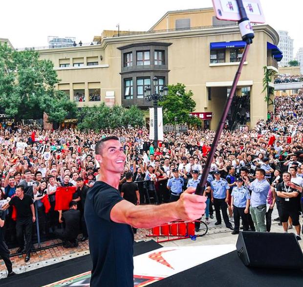 Ronaldo gây náo loạn ở Trung Quốc, một fan nhí khóc ngất - Ảnh 2.