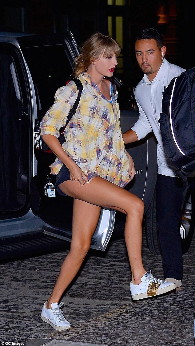 Vào studio thu âm, Taylor Swift cũng dùng cả tấn phấn trang điểm, làm mặt trắng bệch so với toàn thân - Ảnh 2.