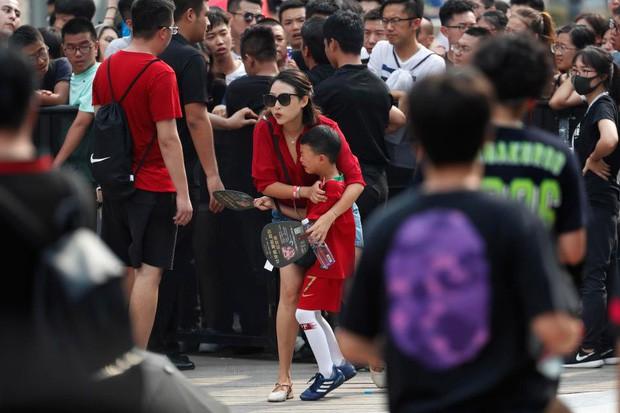 Ronaldo gây náo loạn ở Trung Quốc, một fan nhí khóc ngất - Ảnh 3.