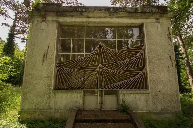 Bên trong khu vườn bị bỏ hoang ở Paris, nơi 100 năm trước con người từng bị đem ra triển lãm, mua vui chẳng khác gì ở sở thú - Ảnh 24.
